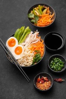 Alto angolo di piatto asiatico con insalata e uova