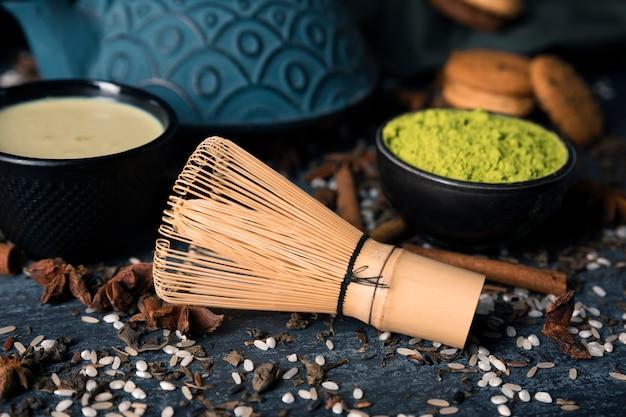 Высокий угол азиатского зеленого чая маття на столе
