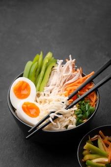 Alto angolo di tagliatelle asiatiche con le uova