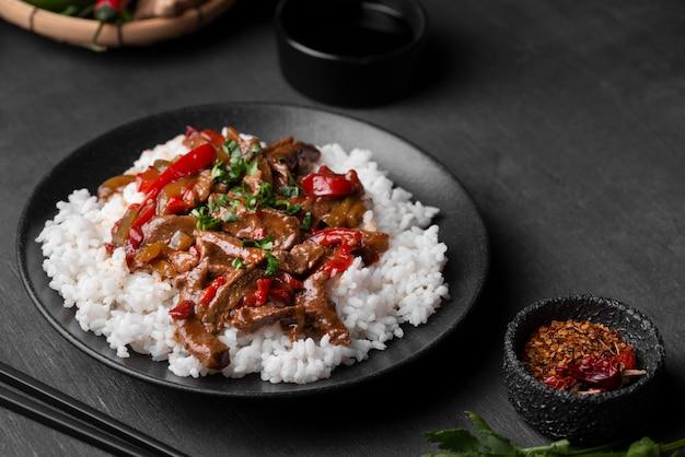Angolo alto del piatto di riso asiatico con carne