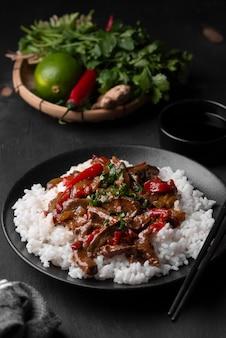 Alto angolo di riso asiatico con carne