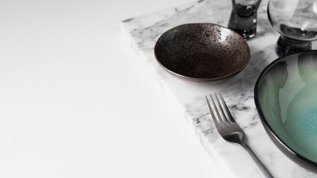 Широкий ассортимент элегантной посуды с копией пространства