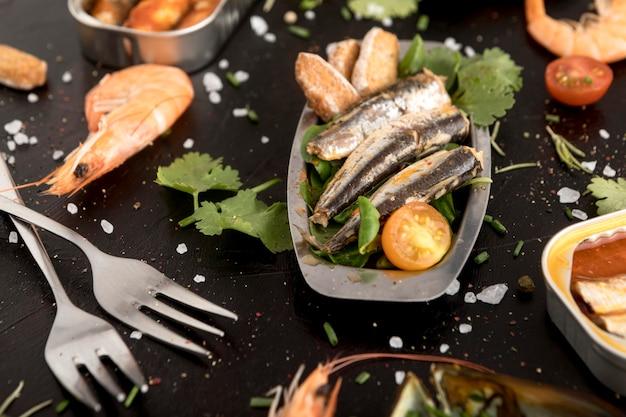 Alto angolo di assortimento di frutti di mare con posate