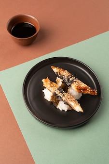 Assortimento ad alto angolo di prelibatezze sushi