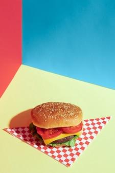 Широкий угол ассортимента с вкусным гамбургером на зеленом столе