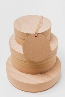 Assortimento di alto angolo di scatole di legno con etichetta vuota
