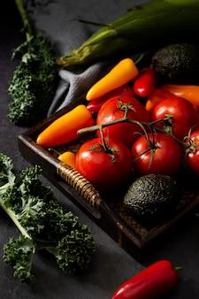 트레이에 높은 각도의 아보카도, 토마토 및 고추