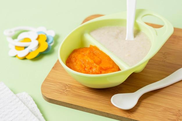 Детское питание высокого угла на разделочной доске