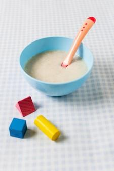 Высокий угол детское питание с игрушками