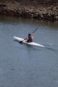 Viaggiatore con vista posteriore ad alto angolo in una barca
