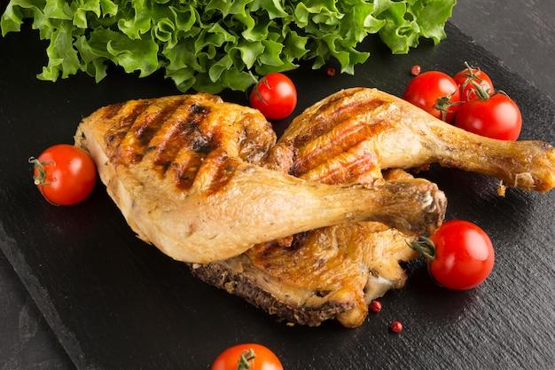 Запеченная курица и помидоры под высоким углом
