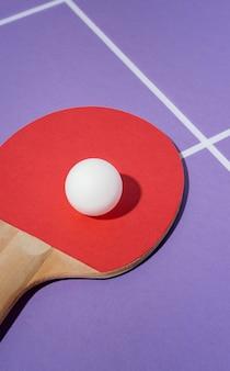 Palla ad alto angolo sulla pagaia da ping pong