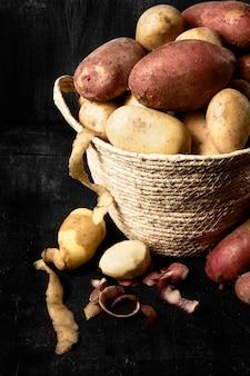 Alto angolo di cestino con patate