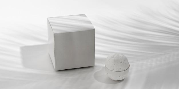 Bombe da bagno ad alto angolo su sfondo bianco