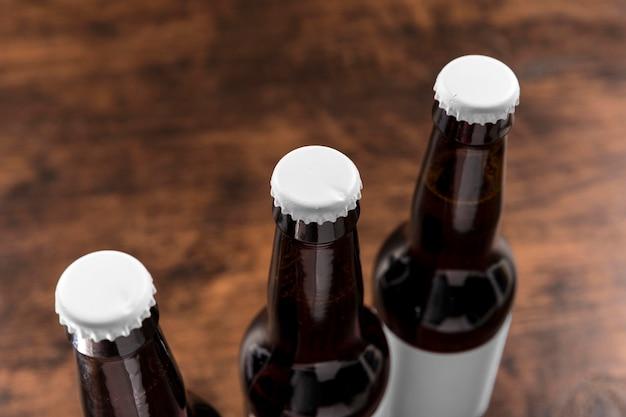 空白のラベルが付いている高角度のビール瓶