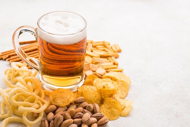 Boccale di birra ad alto angolo e snack