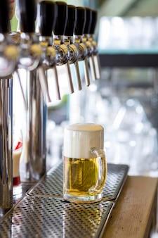 Boccale di birra ad alto angolo con schiuma