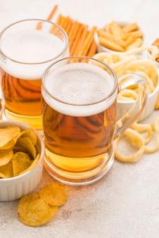 Boccali da birra e snack ad alto angolo