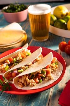 Disposizione di tacos e birra ad alto angolo