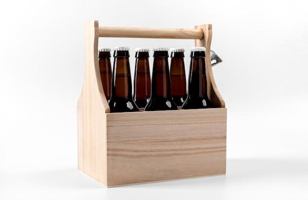 Пиво под высоким углом в деревянном ящике