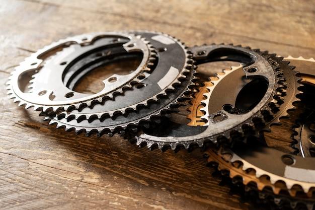 Pezzi di biciclette ad alto angolo sulla tavola di legno