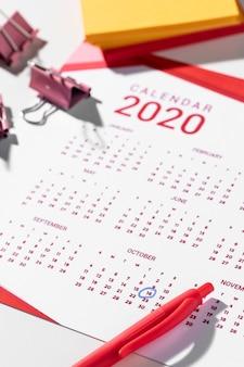 Clip raccoglitore ad alto angolo sul calendario