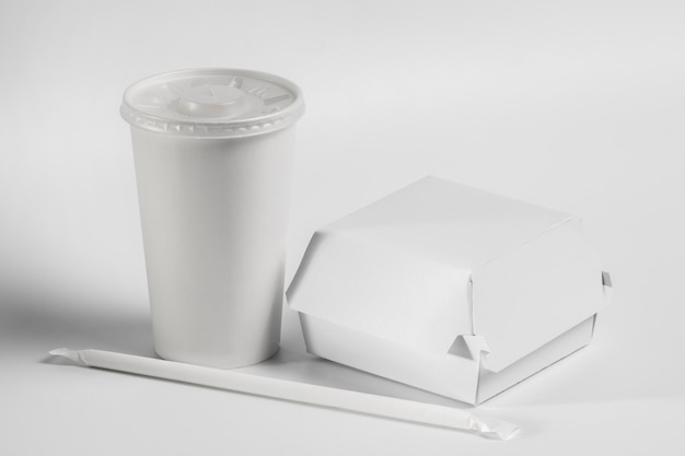 Hamburger vuoto ad alto angolo e pacchetto di bevande
