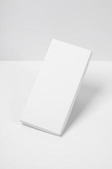 Alto angolo del pacchetto barretta di cioccolato vuoto