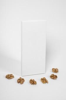 Alto angolo di confezione vuota tavoletta di cioccolato con noci