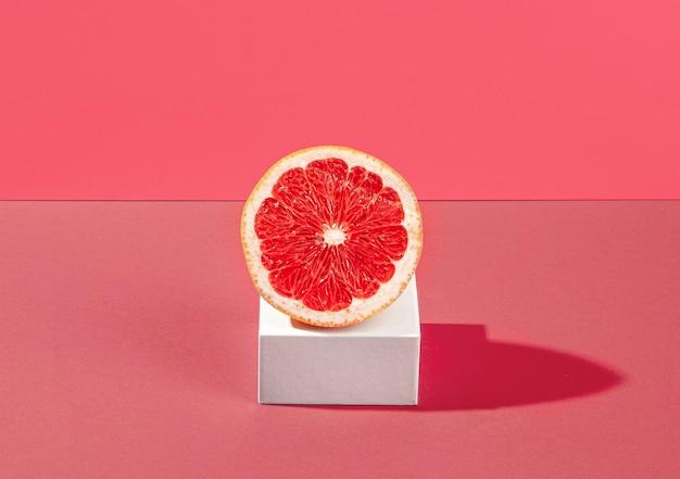 Metà arancia sanguigna ad alto angolo