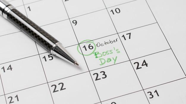 Disposizione del giorno del capo ad alto angolo sul calendario