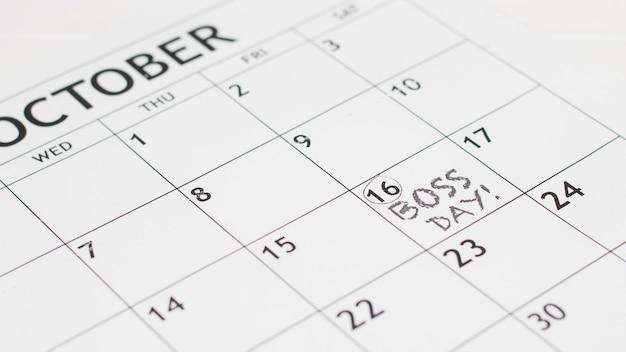 Дата дня босса под высоким углом в календаре