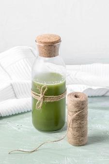 Бутылка под высоким углом с зеленым смузи