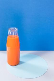 Bottiglia ad alto angolo con frullato all'arancia