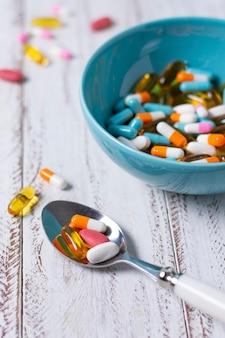 Ciotola ad alto angolo e cucchiaio con pillole
