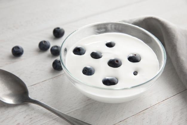 Чаша высокого угла с йогуртом и ягодами