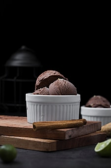 Ciotola ad alto angolo con gelato al cioccolato