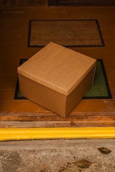 緑のマットの上の角度の箱