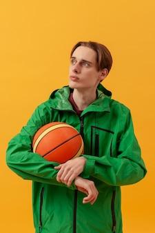 Высокий угол мальчик держит баскетбольный мяч