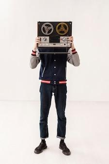 Высокий угол мальчик держит кассету