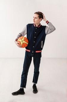 Высокий угол мальчик с баскетбольным мячом