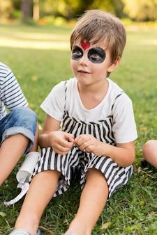 衣装のハイアングル少年
