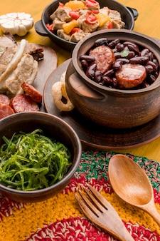 높은 각도의 브라질 음식 배열