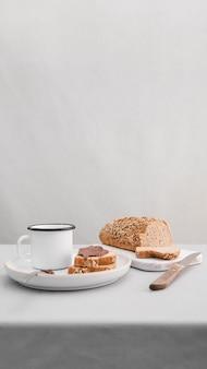 ハイアングルのパンとマグカップ