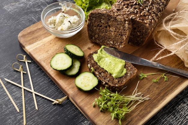 Angolo alto della fetta di pane per sandwich con cetrioli