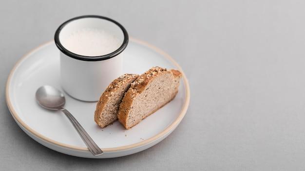 Высокий угол ломтики хлеба с молоком