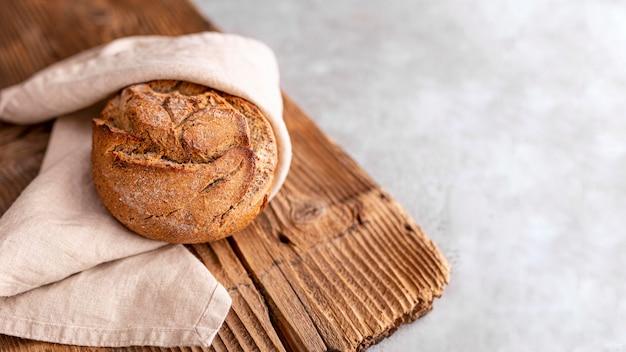 Высокий угол хлеба с пастельным полотенцем