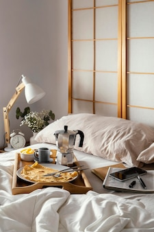 パンケーキとベッドでのハイアングル朝食