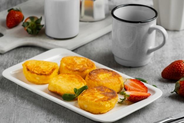 イチゴとプレート上のハイアングル朝食