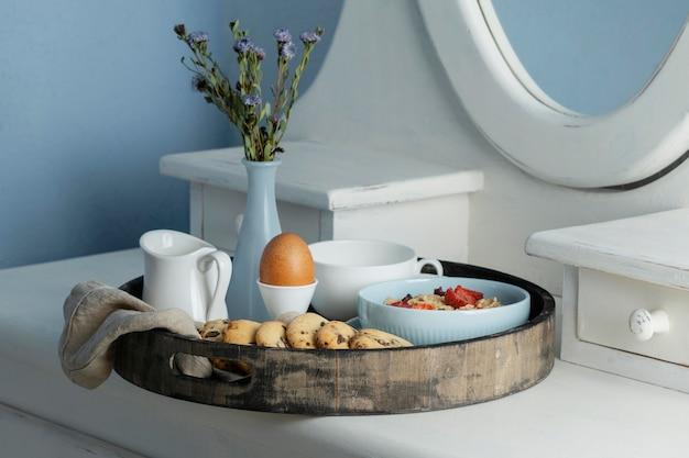 卵とクッキーのハイアングル朝食